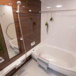 浴室はゆったりと入ることが出来る1620サイズ(浴室暖房換気乾燥機、魔法びん浴槽、ほっカラリ床)。(風呂)