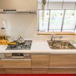 食洗機、浄水器水栓、ディスポーザーなど設備が充実したキッチン(クリナップ・ラクエラ・W2550)。(キッチン)