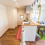 人気の対面カウンターキッチン。上部にはライティングレールを設置しました。(キッチン)