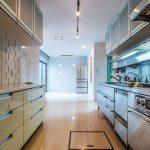 キッチンにはカウンター収納だけでなく床下収納庫も付いています。(キッチン)