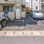 バイク置場と駐車場(1台)があります。