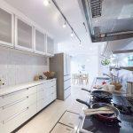 キッチンの背面にはたっぷり収納できるカウンター収納があります。床下収納もあります。(キッチン)