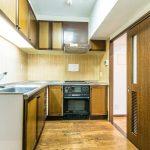 L字システムキッチン。リビング側、廊下側から出入りができる2WAYタイプです。(キッチン)