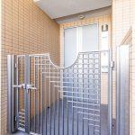 玄関の前には戸建てのような門扉が付いたポーチがあります。(玄関)