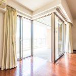 リビングの窓は採光面が広く開放的なコーナーウィンドー。窓は断熱に優れた複層ガラスです。(居間)