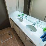 忙しい朝でも安心のダブルボウル洗面。水栓は2つともシャワー水栓です。