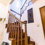 天井が高く開放感がある階段スペース。