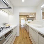 キッチンは、1800x1800のⅡ型にして、シンク側のカウンターをダイニング側に伸ばしてみました。(キッチン)