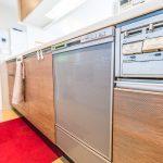 キッチンには毎日の家事をサポートしてくれる設備が充実。収納スペースも充実しています。(キッチン)