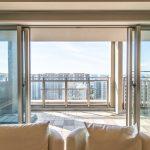 リビングの窓は広く開けられ、バルコニーと一緒に広い空間としてものご利用はいかがでしょうか。(居間)