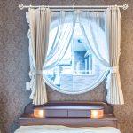 主寝室の窓にはおしゃれな丸窓が採用されています。(寝室)