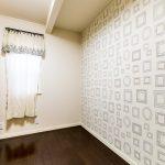 壁面のアクセントが印象的な洋室3。(子供部屋)