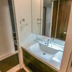 ワイドな洗面化粧台。三面鏡の裏の収納だけでなく、洗面台の下部にも収納スペースがあります。(内装)
