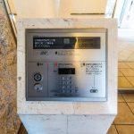 来訪者が見えるカラーモニター付きハンズフリーインターホン採用。