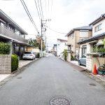 前面道路の幅員は6m。住宅街の土地に建築はいかがでしょうか。(外観)