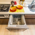お料理の幅が広がるシステムコンロ。パワフルに吸い込む整流板付きレンジフード。お手入れも簡単です。(キッチン)