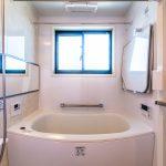 寒い冬に嬉しい浴室暖房付き。水はけの良いカラリ床、ゴミを楽に捨てられる排水口など設備充実。(風呂)