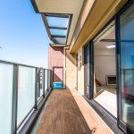 5階バルコニーの上部はガラスひさしになっており、明るい日差しを取り込んでいます。