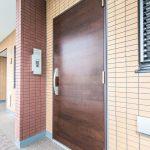 玄関ドアは地震時にも安心の耐震ドア枠が採用されています。(玄関)