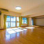 空室物件のため、室内をゆっくりとご覧いただけます。リビングは広々23.6帖。ゆったりとした空間です。(居間)
