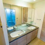 忙しい朝などにうれしいダブルボウル洗面。洗面室は廊下とキッチンの2方向から出入りが可能です。(内装)