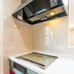 コンロは火が出ない安心のIHクッキングヒーター。(キッチン)