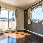 おしゃれな丸窓が採用された主寝室。陽が差し込む明るいお部屋です。(寝室)