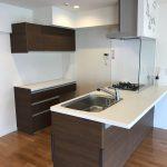 オープンカウンターキッチン。キッチンの背面には収納カウンターが付いています。(キッチン)
