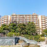 新浦安駅徒歩4分の美浜東エステート。敷地内には緑が多く、住環境良好です。(外観)