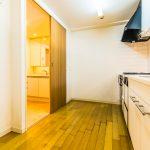 キッチンはリビングと洗面室の2方向から出入りができる、家事動線に優れた2WAYタイプです。(キッチン)