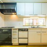 ビルトイン浄水器、食洗機、ディスポーザーなど設備が充実したキッチン。(キッチン)