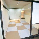 和室は照明や縁なし半帖畳などおしゃれに仕上がりました。(寝室)