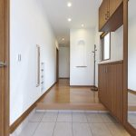 玄関にはトール型収納、シューズクローゼットなどたっぷり収納できるスペースがあります。(玄関)