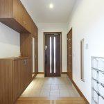 収納スペースがたっぷりあるすっきりした玄関です。(玄関)