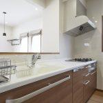 キッチンはトクラス製。浄水器一体型水栓、食洗機など設備が充実しています。(キッチン)