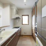 キッチンの床には床暖房、背面には食器棚が付いています。(キッチン)
