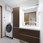 リクシル製洗面化粧台。隣りにはすっきり収納できるトールキャビネットが付いています。(内装)