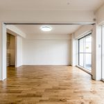バルコニーに面した明るい洋室3。可動間仕切りを開けてLDKと一緒に広い空間としても利用できます。(寝室)