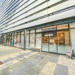 浦安音楽ホールの1階には回転寿司やコンビニが営業しています。(周辺)
