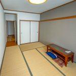 2階和室6帖。アクセントクロスが印象的なお部屋です。(寝室)