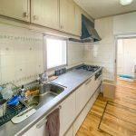 家事動線に優れた2WAYキッチン。キッチンの背面にはたっぷりと仕舞える収納が付いています。(キッチン)