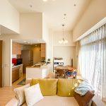 天井が高く開放的なリビング。室内きれいにお使いです。実際にお部屋を見てみませんか。(居間)