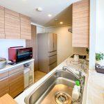 リビングと洗面室の2方向から出入りができる2WAYキッチンです。(キッチン)