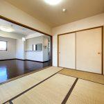 リビングの延長としても個室としても使える和室です。(寝室)