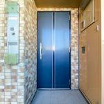 玄関扉は耐震枠が採用されています。(玄関)