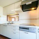 キッチンのコンロは火が出ない安心のIHクッキングヒーターです。(キッチン)