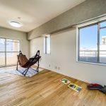 約11帖のスペースがある洋室3。窓が3ヶ所ある明るいお部屋です。(寝室)