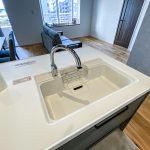 キッチンの水栓は手をかざすと水が出る自動水栓です。(キッチン)