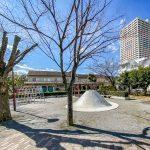 入船中央エステートの敷地内には、子供が走り回ることができる広場や公園があります。(周辺)
