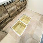 キッチンには普段使用しないものを収納できる床下収納庫があります。(キッチン)